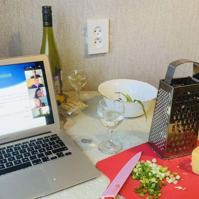Ein Laptop und daneben Küchenutensilien.