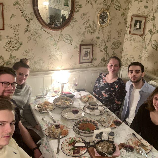 Gleb aus Russland, Constantin aus Deutschland, Ich, Elisabeth aus der Schweiz, Ricardo aus Italien und meine Mitbewohnerin Laureen aus Frankreich. Wir haben zusammen den letzten Abend in einem typisch russischen Restaurant verbracht. Wir sitzen an einem gedeckten Tisch.