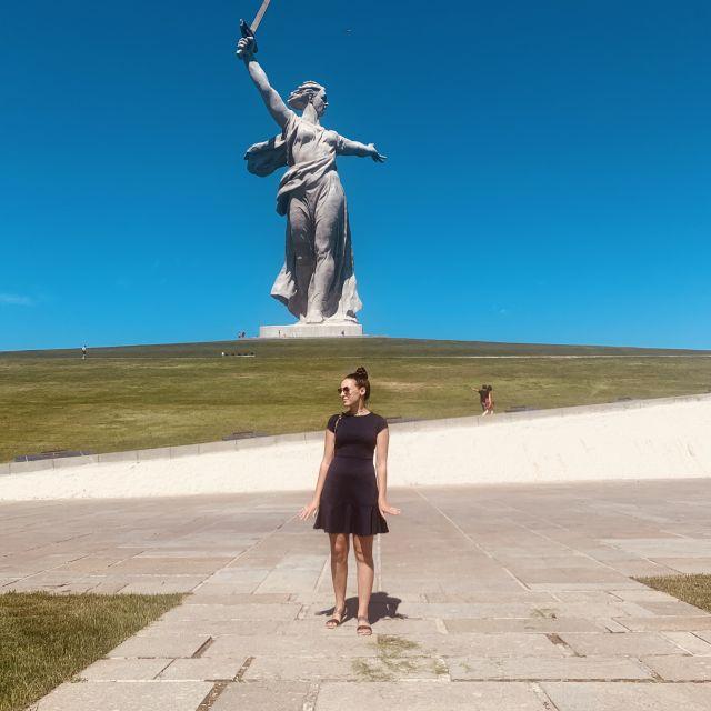 Ich stehe vor einem Hügel auf der eine riesige Staue steht. Eine Frau die ein Schwer hält. Sie heißt Mutterland ruft und ist eine der wichtigsten Statuen in Russland.