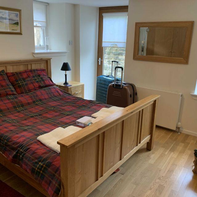 Schlafzimmer mit Holzmöbeln