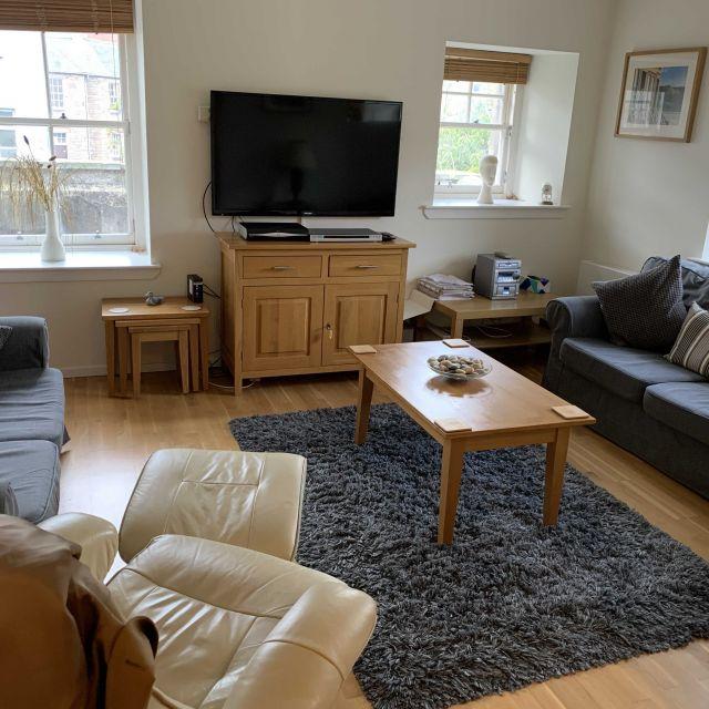 Wohnbereich mit Fernseher und Sofas