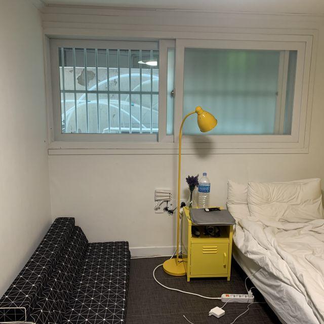 Zimmer mit Bett, Sofa und Nachttisch