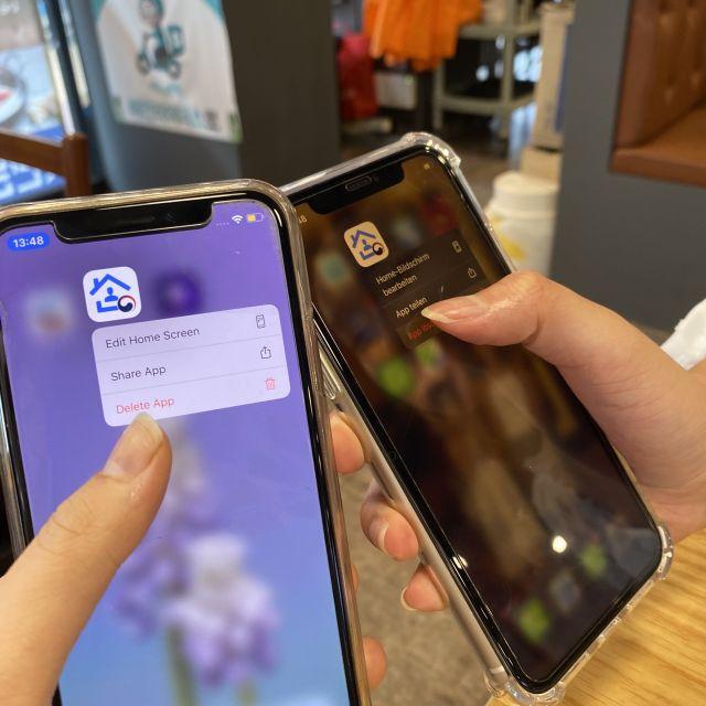 2 Smartphones, auf denen gerade die Corona-App deinstalliert wird