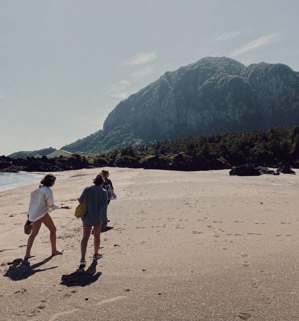 Drei Mädels an einem einsamen Strand auf der Insel Jeju