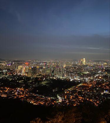 Seoul bei Nacht vom Namsan Park aus