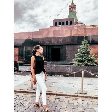 Hinter mir ist das Lenin-Mausoleum. Ich stehe noch auf dem Roten Platz und…