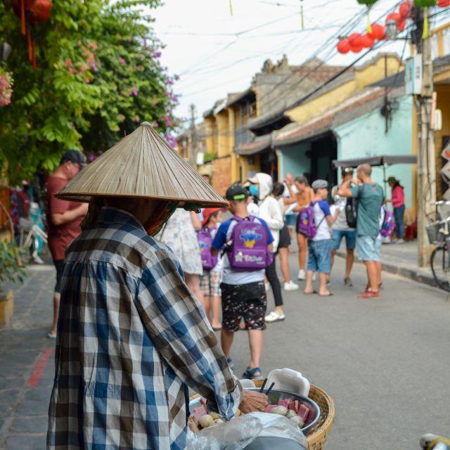Eine Straßenverkäuferin in Hoi An.
