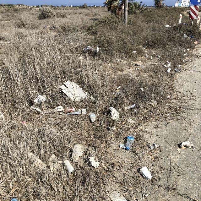 Müll entlang der Küste auf den gesamten Feldern.