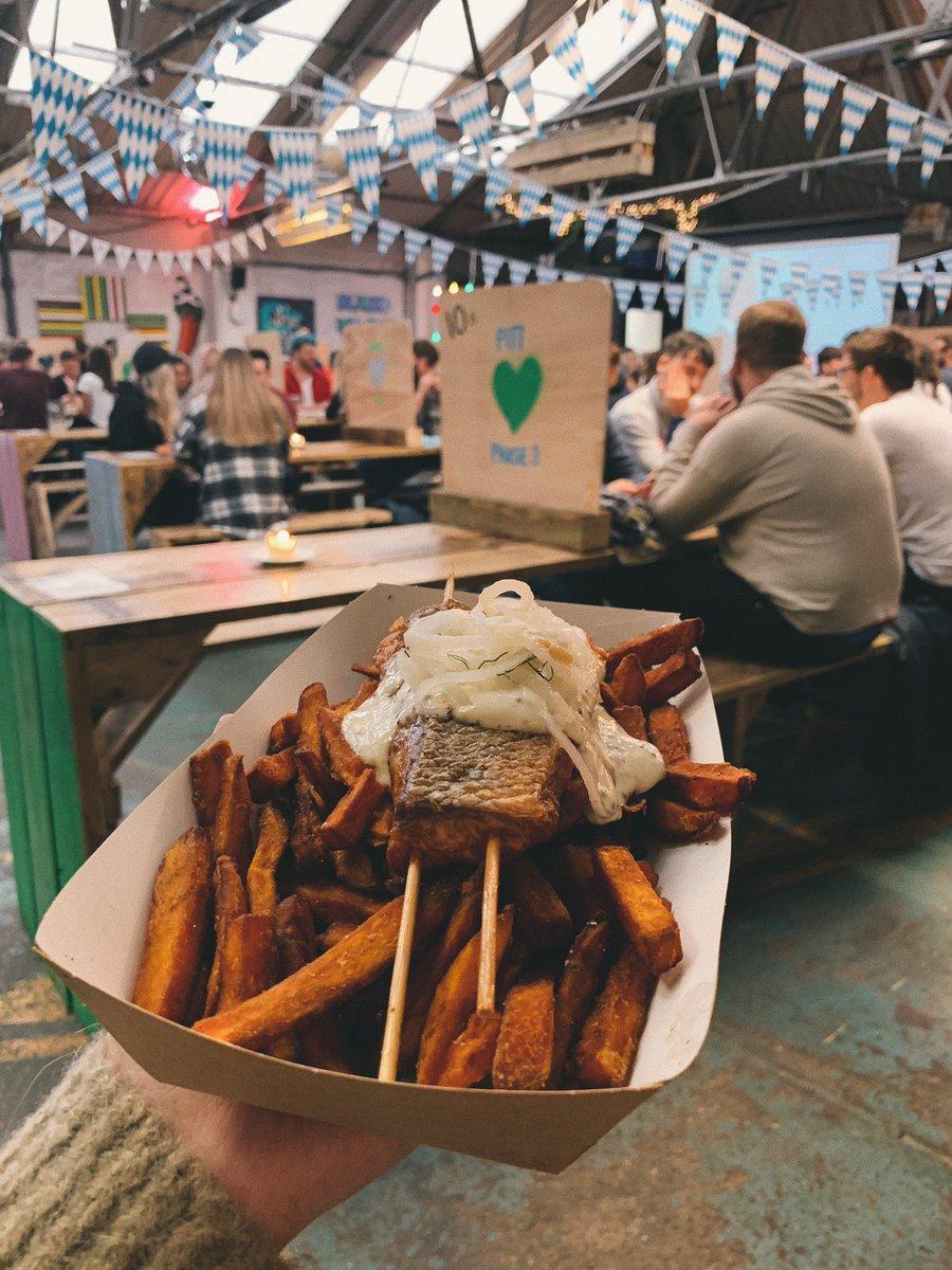 Auf Edinburghs's streetfood market wird Oktoberfest gefeiert!🥳…
