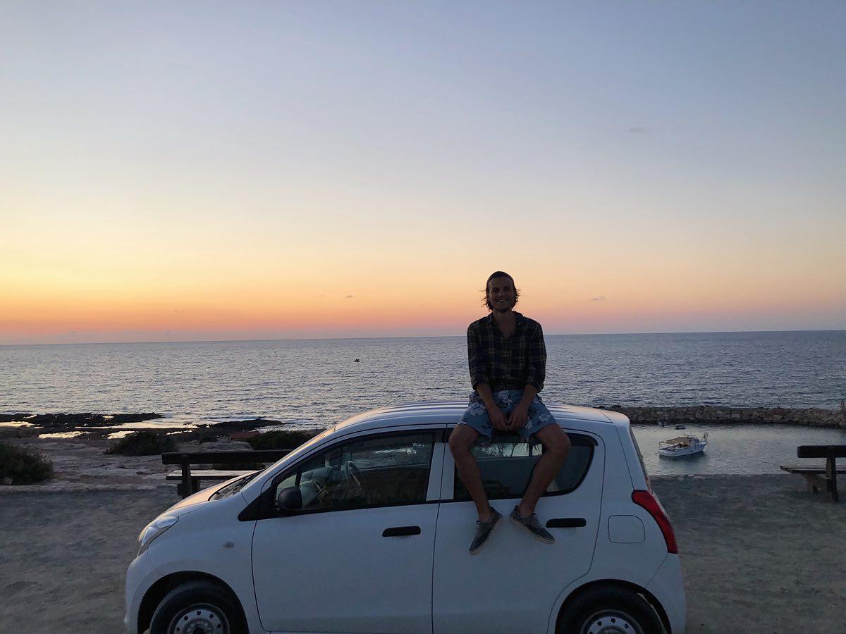 • Dann mieten wir uns eben ein Auto - ohne komme ich hier nämlich kaum von…