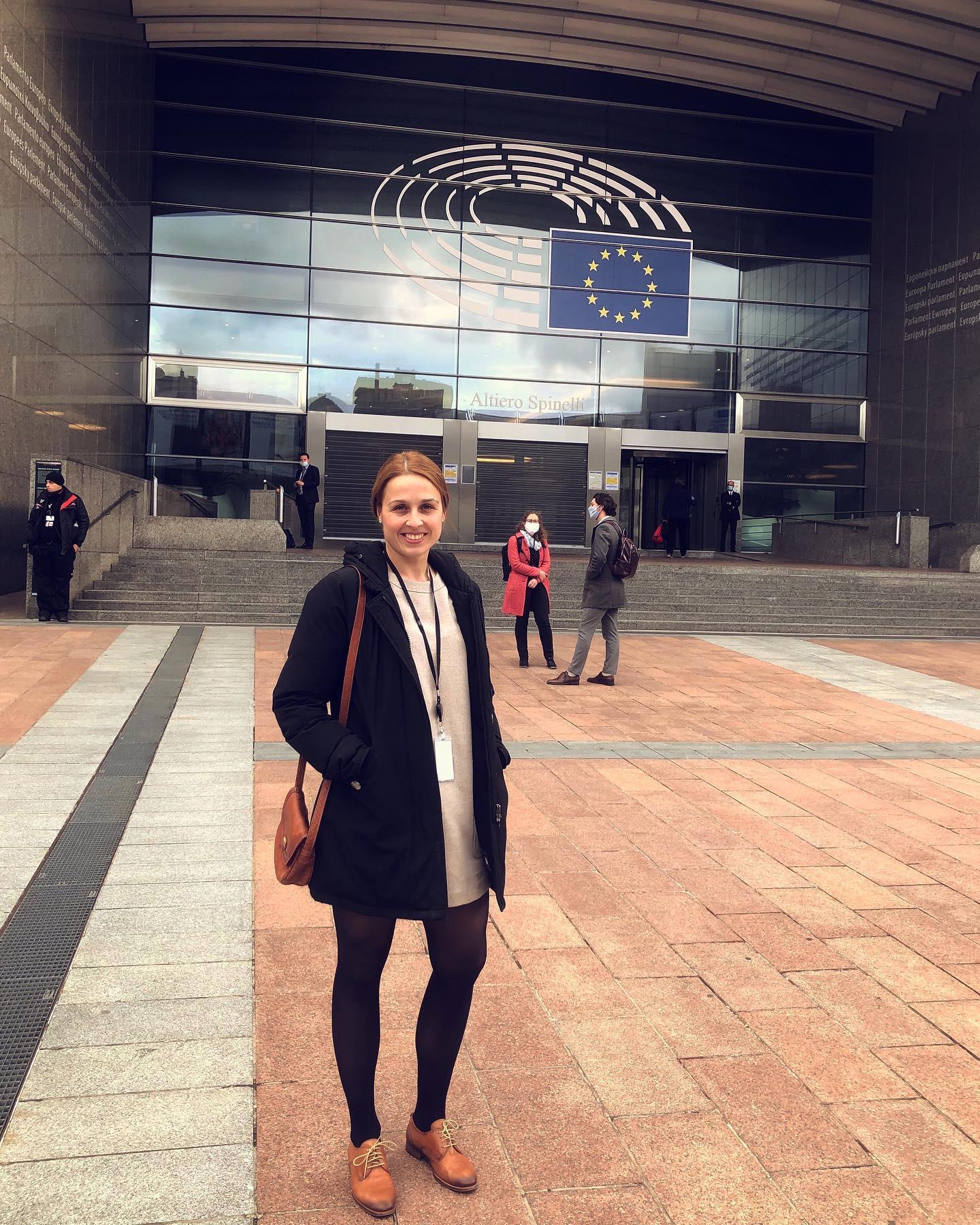 Haupteingang des Europäischen Parlaments 🇪🇺. Theoretisch könnte ich…