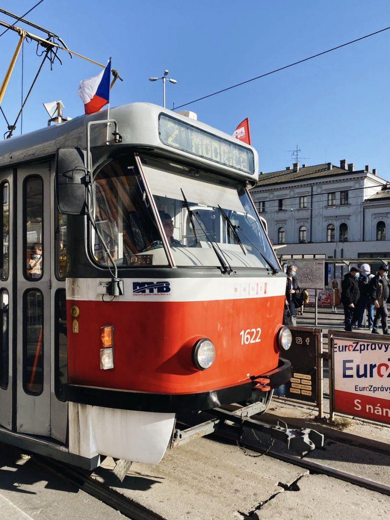Eine Straßenbahn in Brünn, die mit der tschechischen Flagge geschmückt ist.