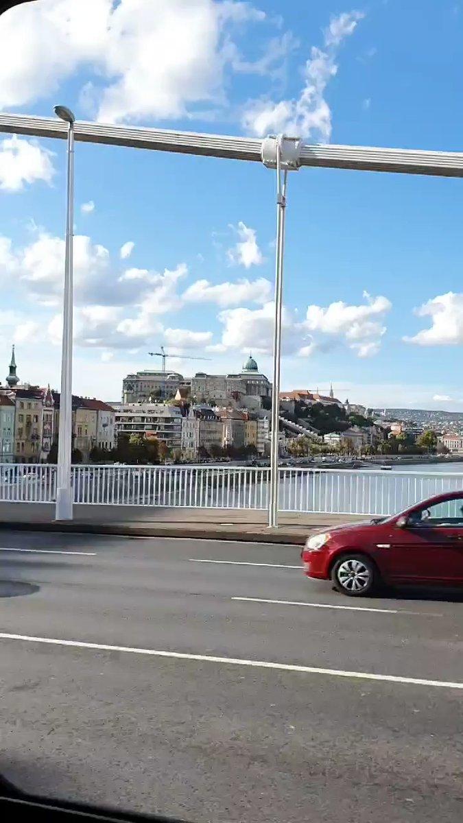 Auf dem Weg in meine Praktikumsschule überquere ich jeden Tag die Donau und…