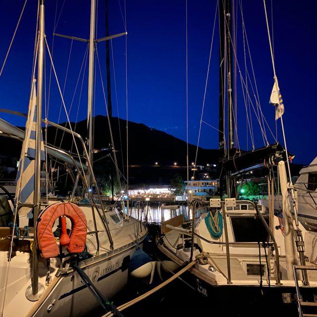 Zwei Boote bei Nacht, am Hafen von Syros.