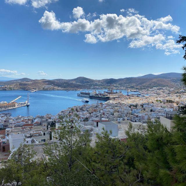 Blick über den Hafen und Stadt von Syros