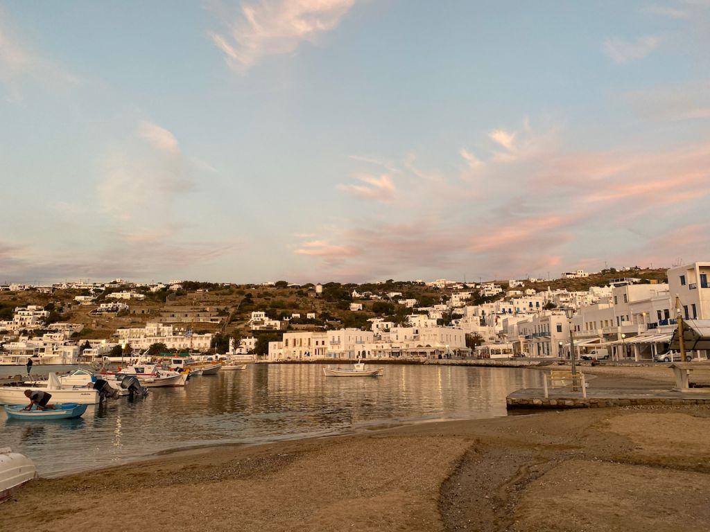 Hafenpromenade mit weißen Häusern.