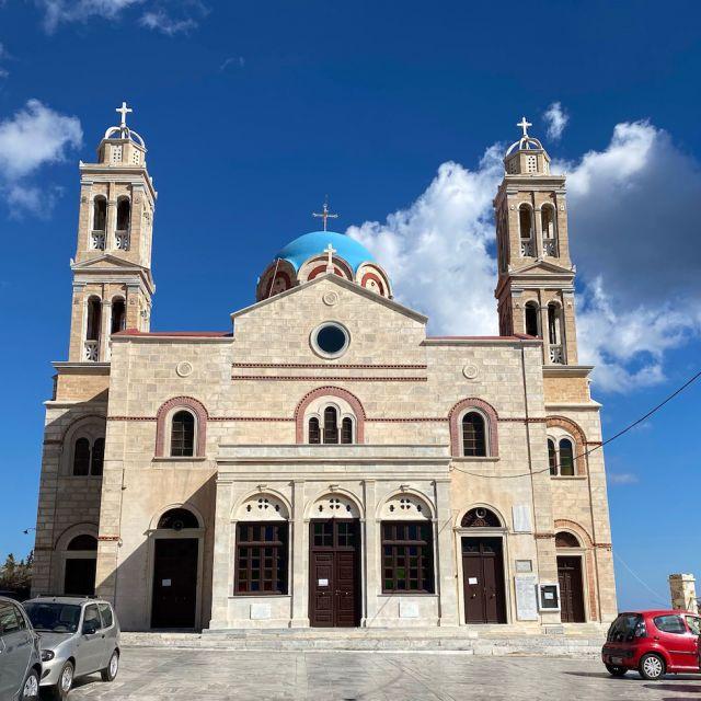Große und farbenfrohe Kirche von außen.