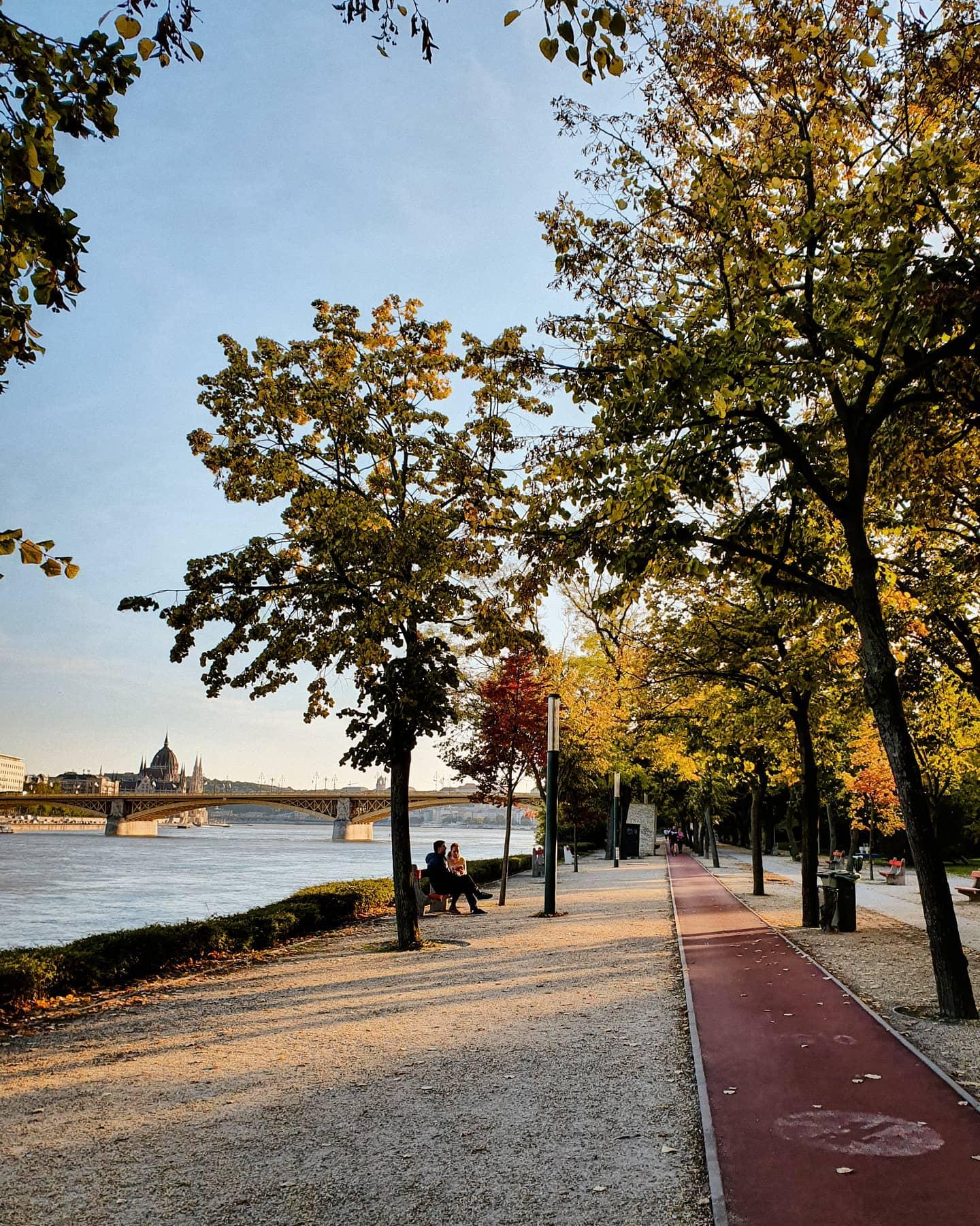 Die wohl schönste Laufstrecke in Budapest 😍 Mitten in Budapest ist die…