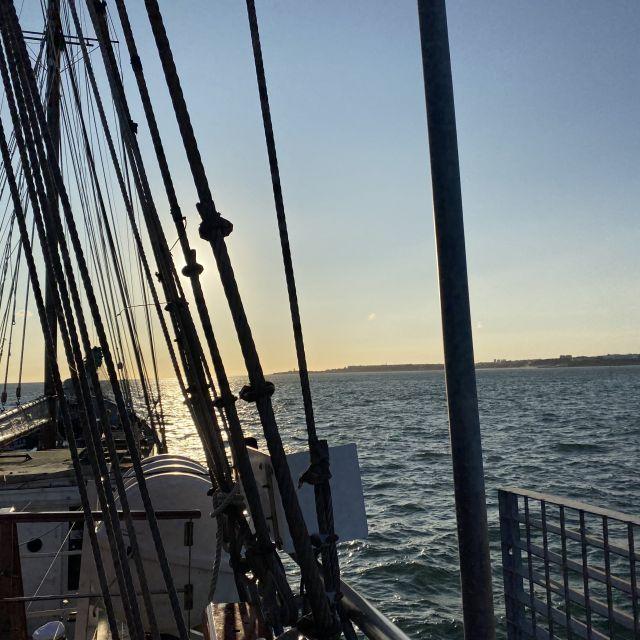 Blick vom Schiff aus auf den Fluss Tejo bei Lissabon