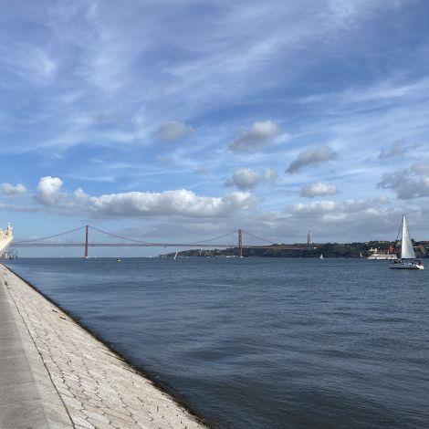 Die Promenade von Belém mit Blick auf das Padrão dos Descobrimentos und die Ponte 25 de April.