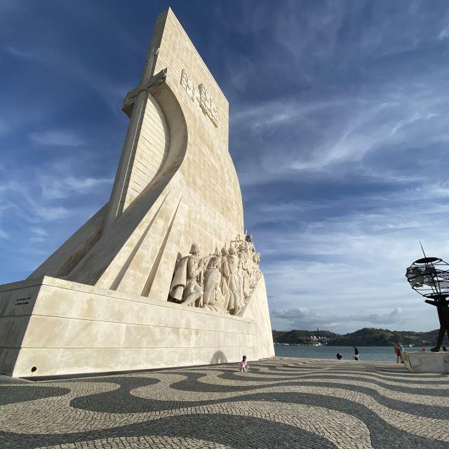 Die Sonne scheint auf das Padrão dos Descobrimentos, dem portugiesischen Deckmal der Entdeckungen