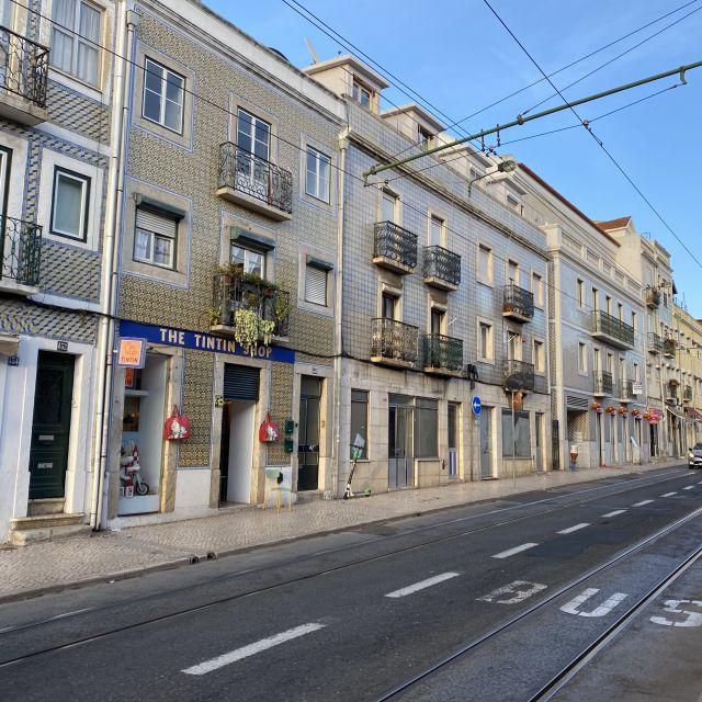 Gekachelte Häuser und Straßenbahngleise ergeben das klassische Straßenbild in Belém.