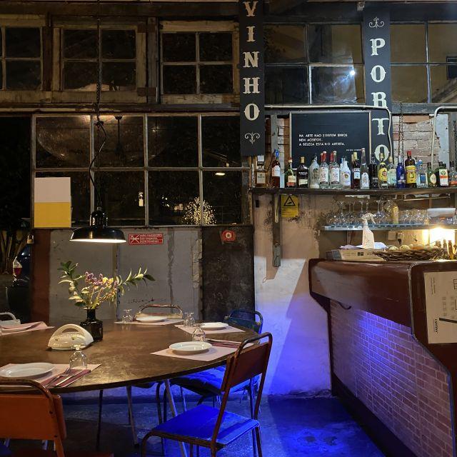 Ein Restaurant von innen im Retro-Stil mit alten Stühlen und einer alten Holzbar.
