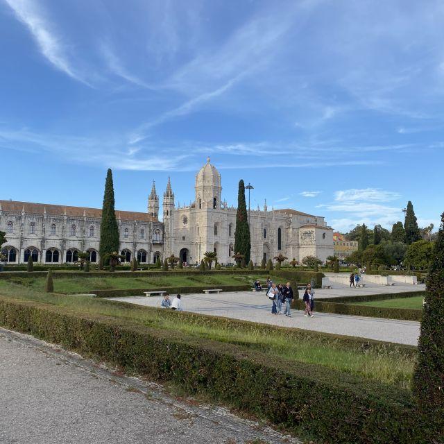 Die Grünanlage vor dem Kloster Mosteiro dos Jerónimos in Belém.