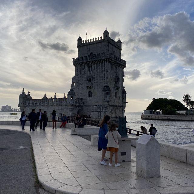 Der Turm von Belém, Torre de Belém, wird von hinten von der Sonne angestrahlt.