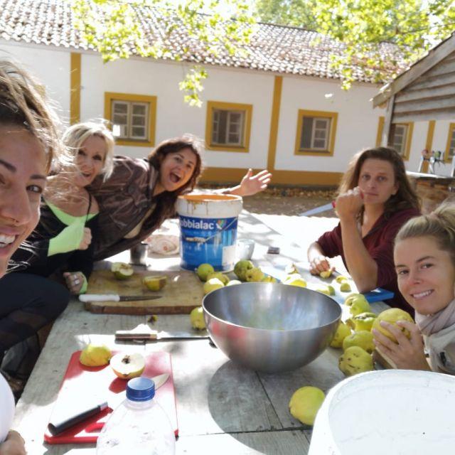 Menschen am Tisch im Freien beim Obstschneiden.