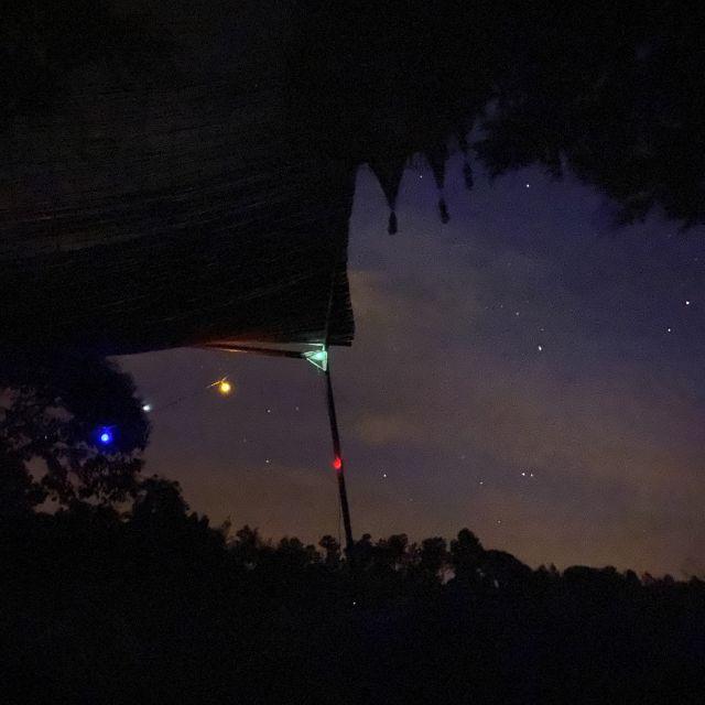 Bunte Lichter vor Abendhimmel.