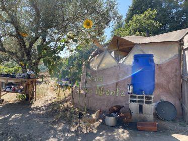 Küche mit Sonnenblumen und Wasserbehälter von außen.