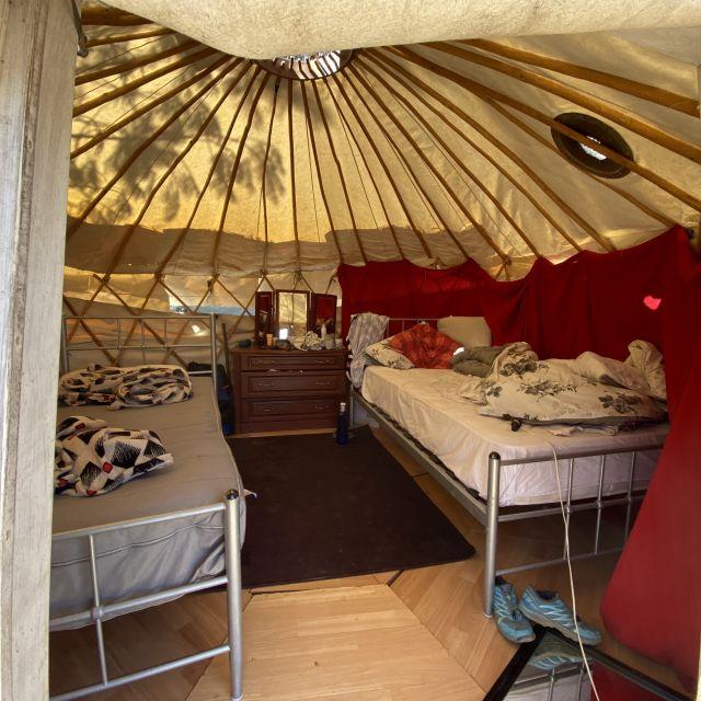 Die Innenseite der Jurte mit Betten.