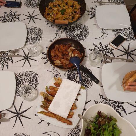 Die portugiesischen Gerichte sind auf dem Esstisch angerichtet.
