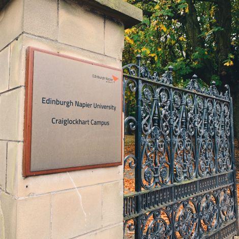 Eingangstor, Stein, Metallschild, Universität