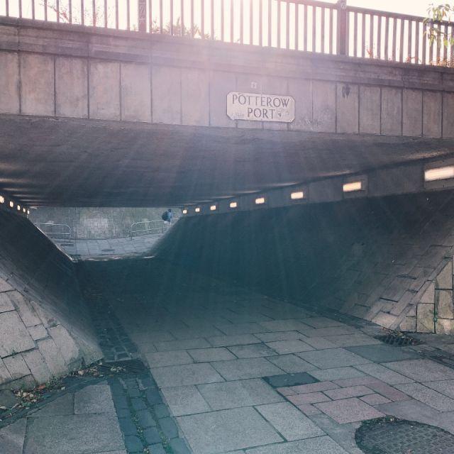"""Straße, Unterführung mit Straßenschild """"Potter Row""""), grauer Stein"""