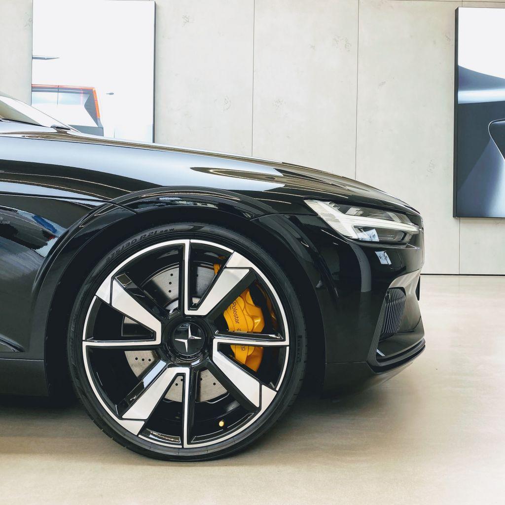 vorderes Stück eines Elektroauto in der Seitenansicht. Man sieht die sportlichen Reifen.