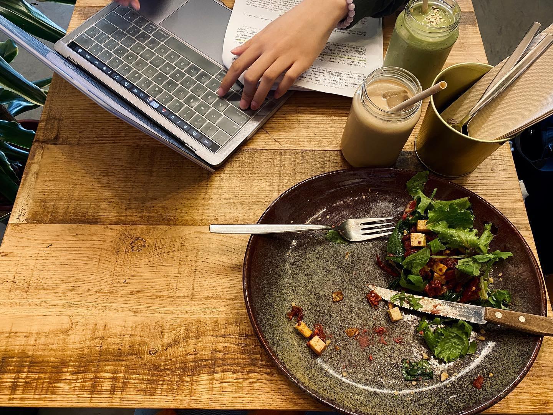 Auf der Suche nach den besten Cafés zum Smoothie schlürfen, um die…