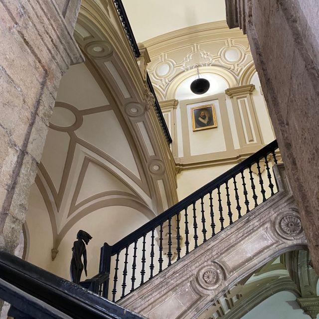 Prunkvolle Treppe von unten fotografiert.