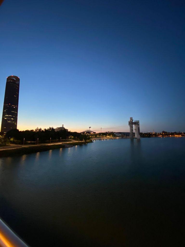 """Nachtansicht der """"Insel"""" von der Brücke """"Cristo de la Expiración"""" mit Turm."""