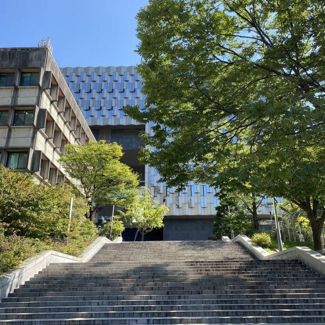 Treppenstufen und mehrere Gebäude