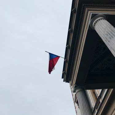Tschechische Flagge, die an einem Gebäude hängt