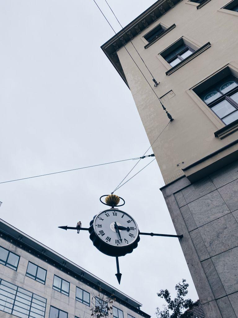 Blick auf eine Uhr, die an einem Gebäude befestigt ist
