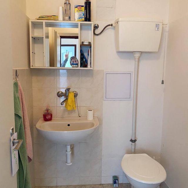 Ein kleines Badezimmer.