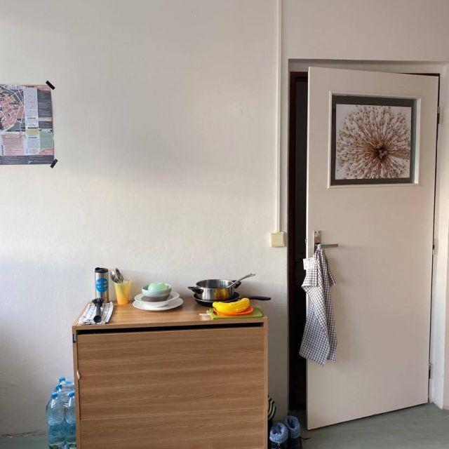 Blick auf Kommode und Zimmertür im Wohnheim.