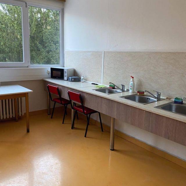 Blick auf eine Gemeinschaftsküche im Wohnheim.