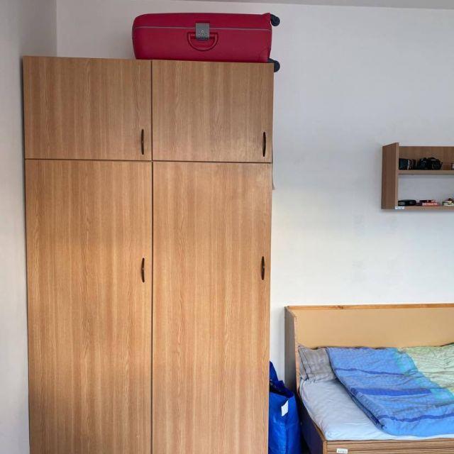 Kleiderschrank im Wohnheimzimmer.