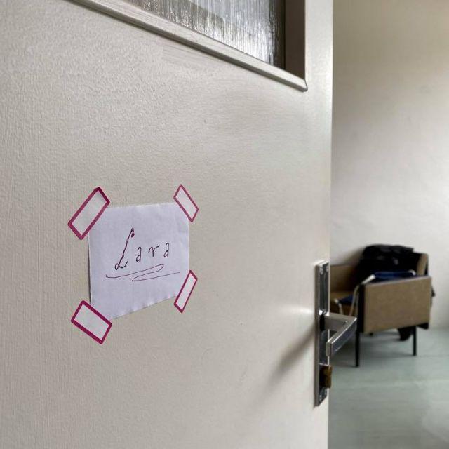 Blick auf Zimmertür mit Namensschild.