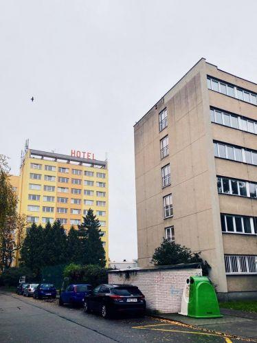 Zwei hochgeschössige Gebäude in einer Wohngegend