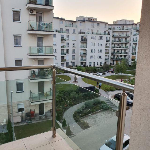 Der Ausblick von meinem Balkon aus auf den sechs stöckigen Gebäudekomplex gegenüber von mir.